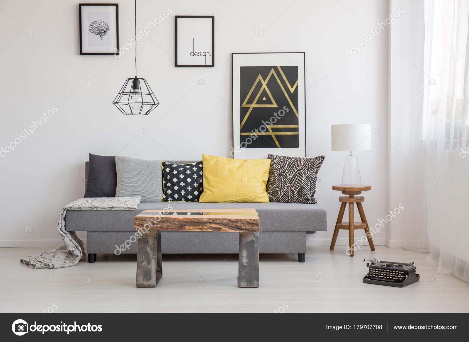 Eenvoudige Industrieel Woonkamer : Industrieel interieur met houten tafel u stockfoto photographee