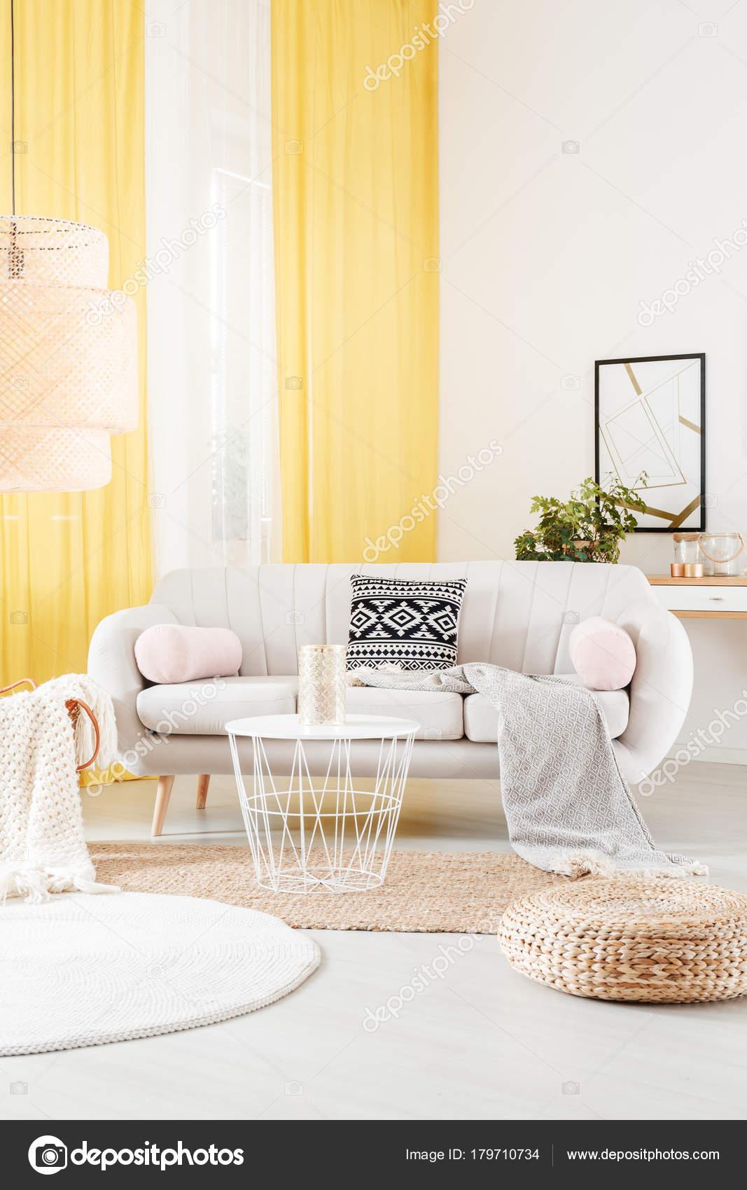 Warmen Wohnzimmer Interieur Mit Runder Teppich Und Weiße Couch Stand In Der  Nähe Der Fenster Mit Hellen Gelben Vorhänge U2014 Foto Von Photographee.eu