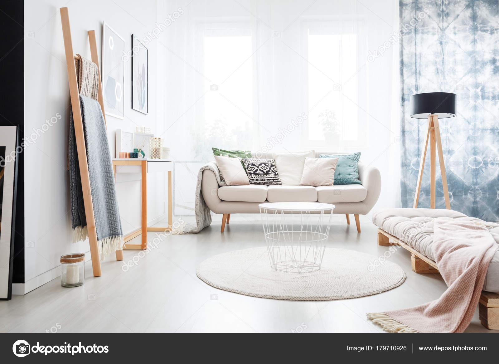 Minimalistische boho slaapkamer u stockfoto photographee eu