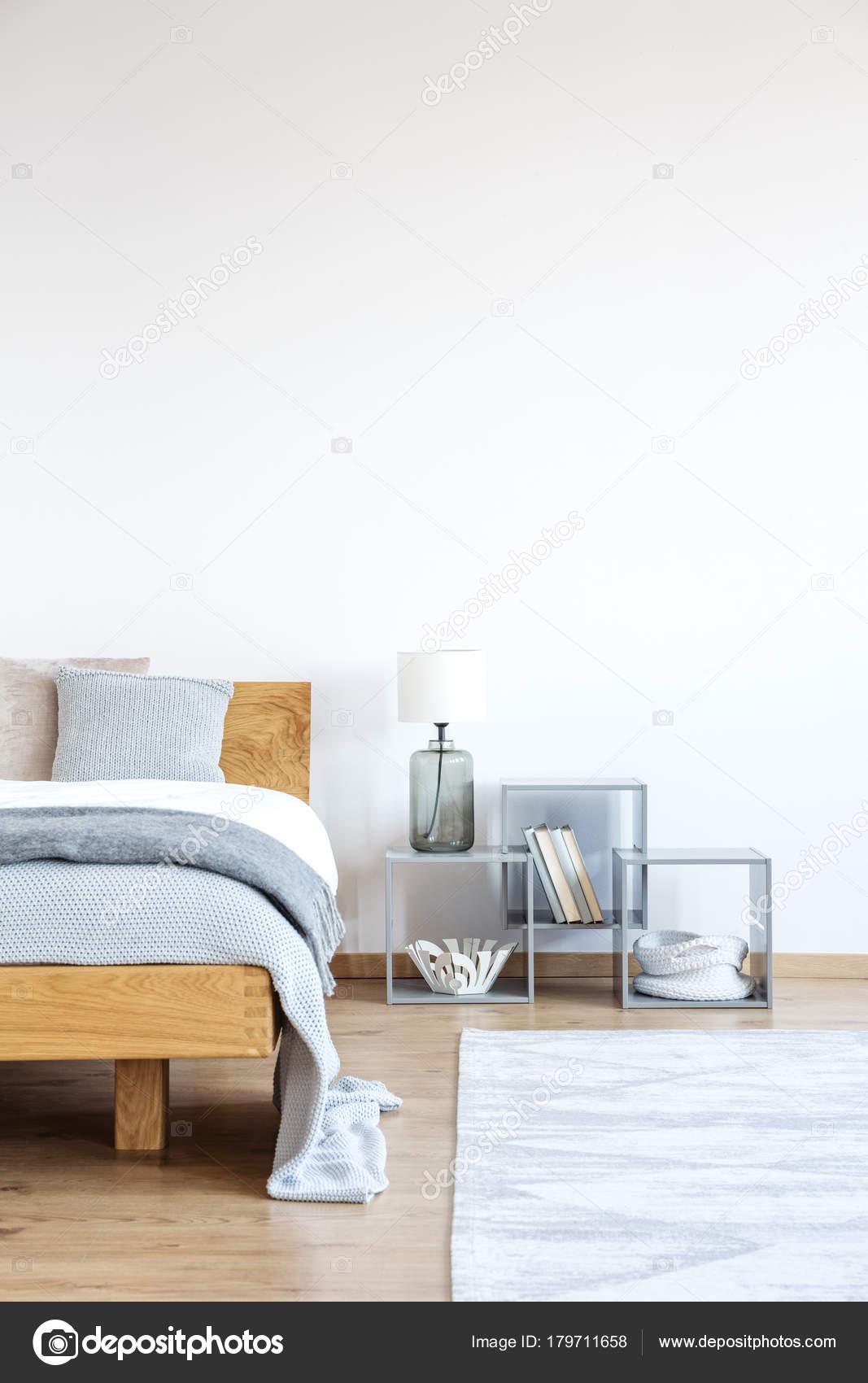 Parete vuota in camera da letto semplice — Foto Stock ...