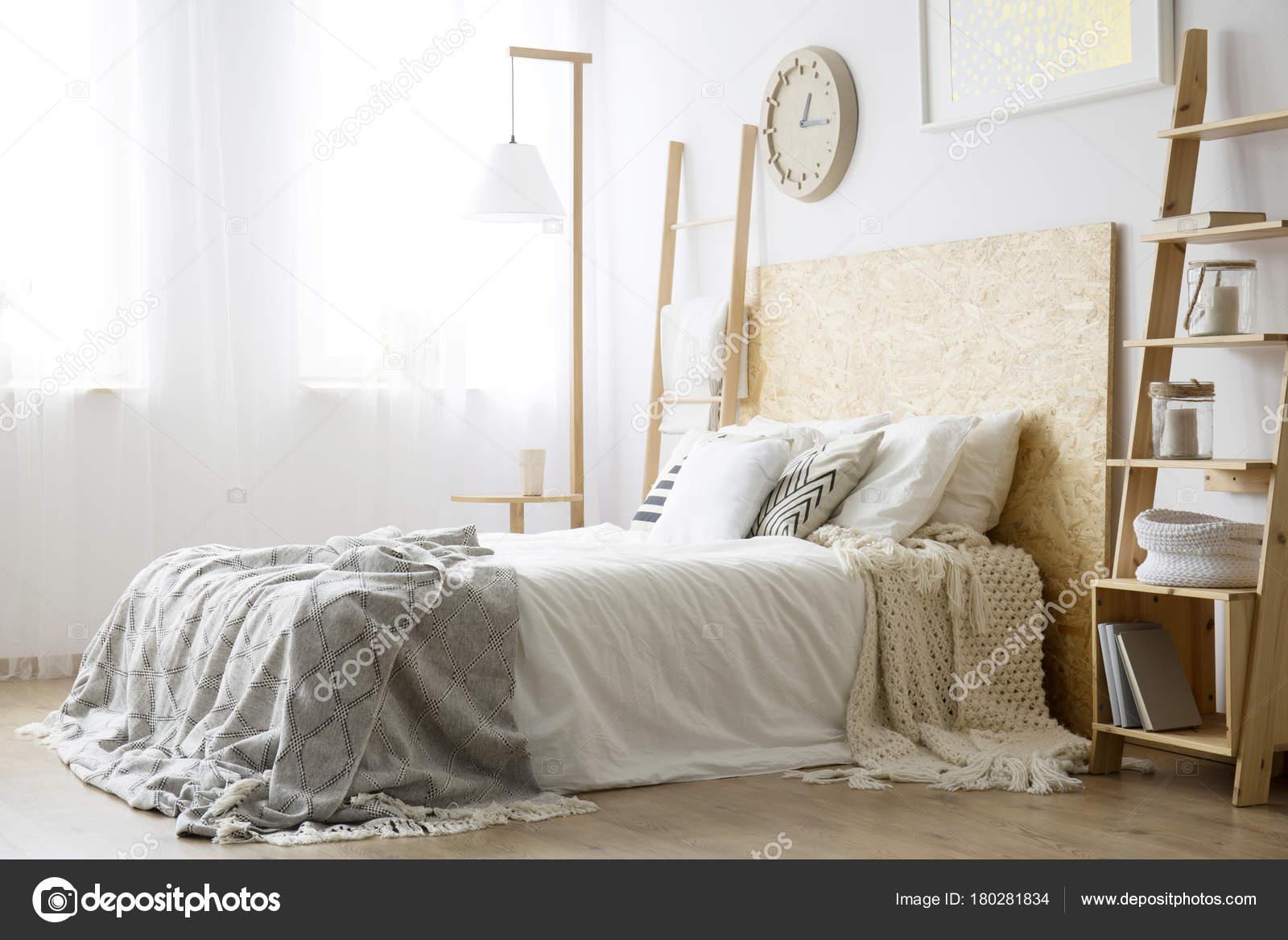 Angolo Del Letto : Angolo laterale del letto bianco u2014 foto stock © photographee.eu