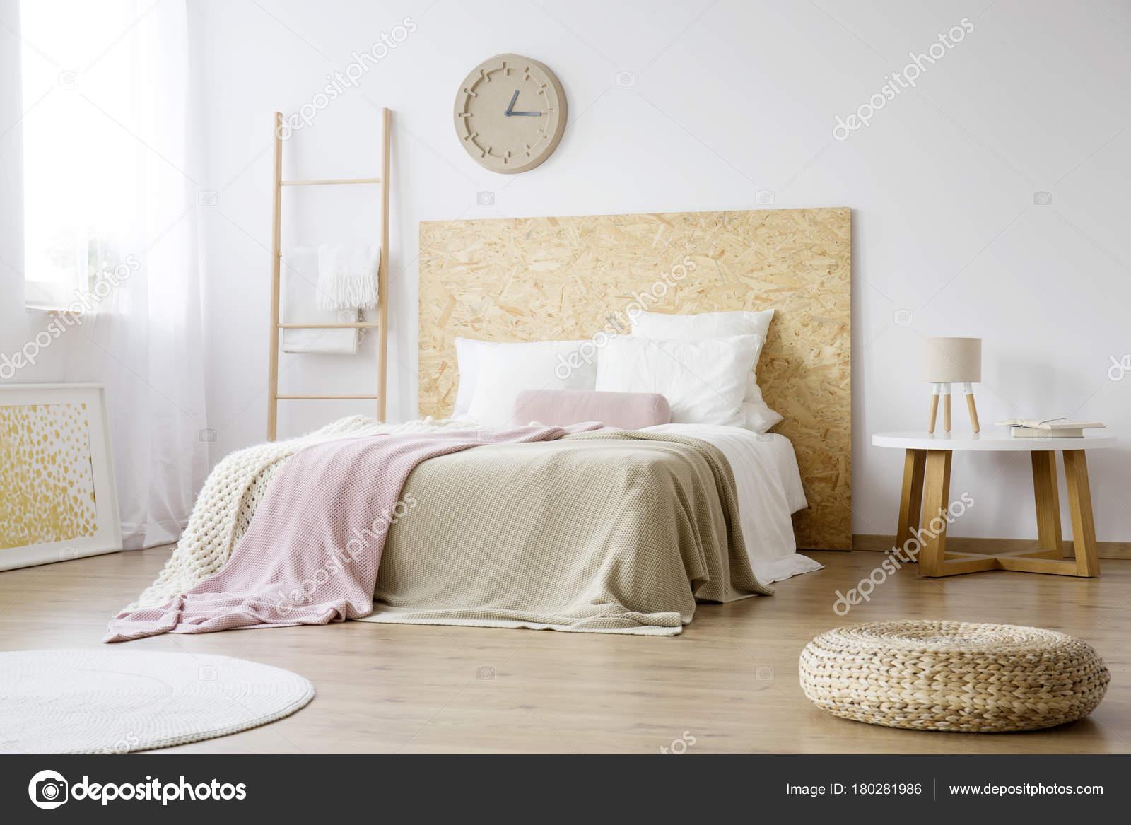 Camera Da Letto Legno Naturale : Camera da letto naturale con mobili in legno u foto stock