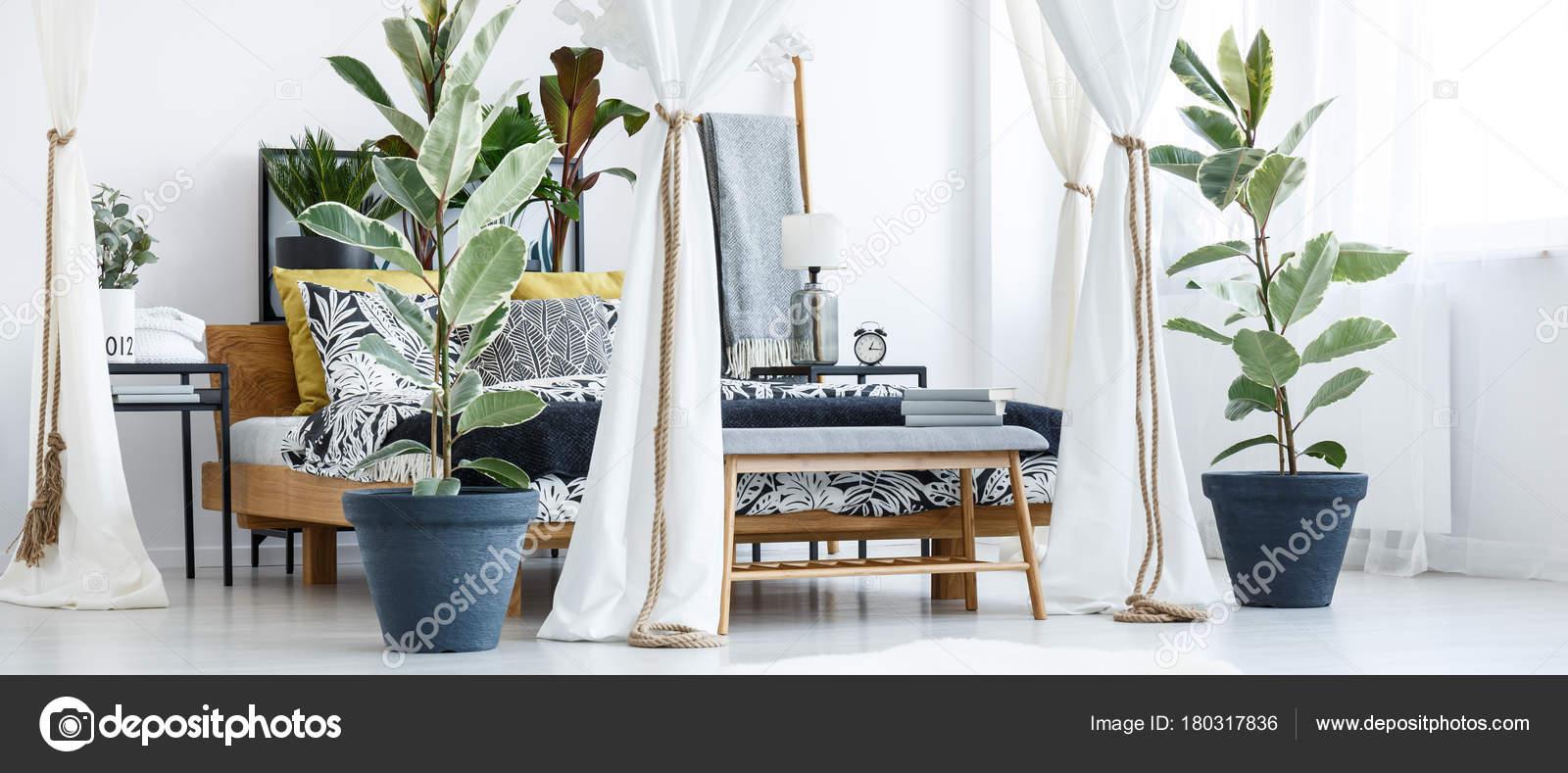 Weiße Blumen Schlafzimmer Innenraum — Stockfoto © photographee.eu ...