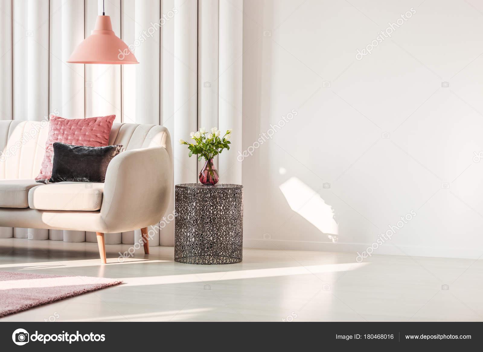 Einfache Wohnzimmer Interieur Mit Rosa Und Grauen Kissen Auf Beige Sofa Und  Rosen Auf Metall Tisch U2014 Foto Von Photographee.eu