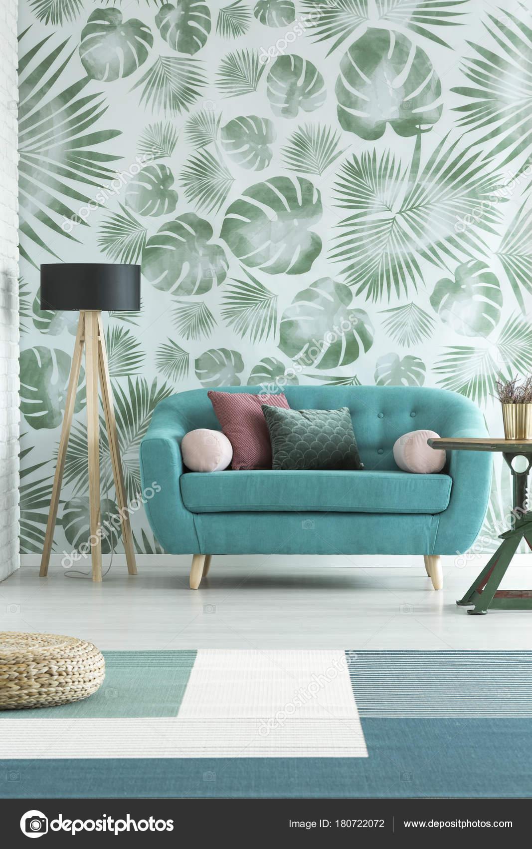 Blaues Sofa Und Hölzerne Lampe Gegen Weiße Tapete Mit Grünen  Monstera Blätter In Natürlichen Wohnzimmer Interieur U2014 Foto Von  Photographee.eu