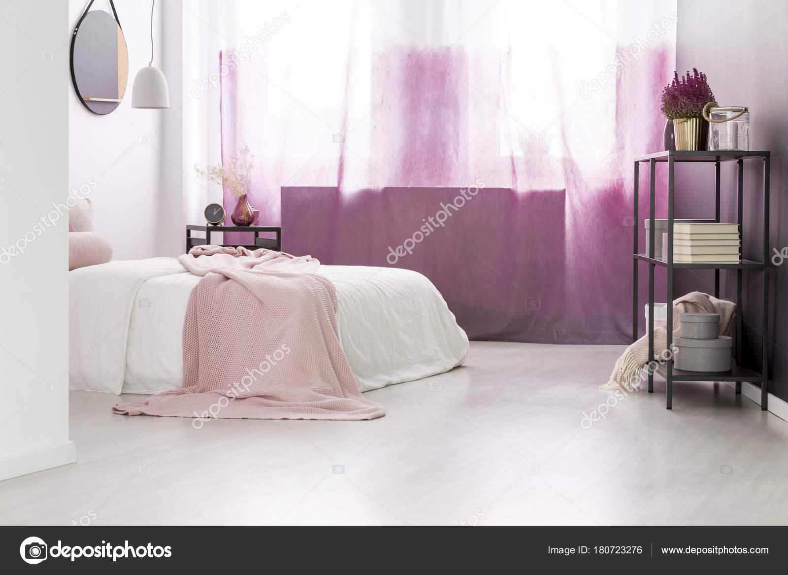 Camera da letto femmina con decorazioni — Foto Stock © photographee ...