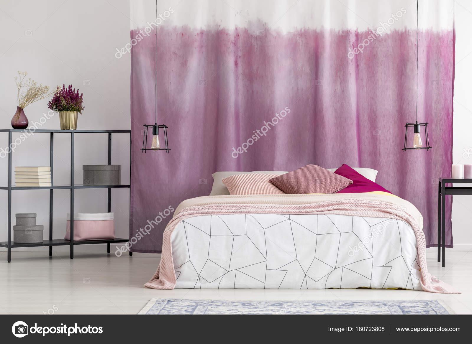 Elegante Schlafzimmer mit rosa Vorhang — Stockfoto © photographee.eu ...