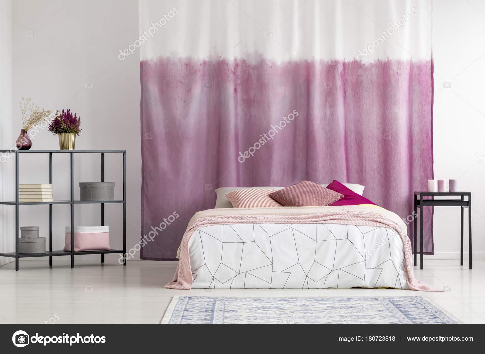 Camera da letto con la tenda tinta — Foto Stock ...
