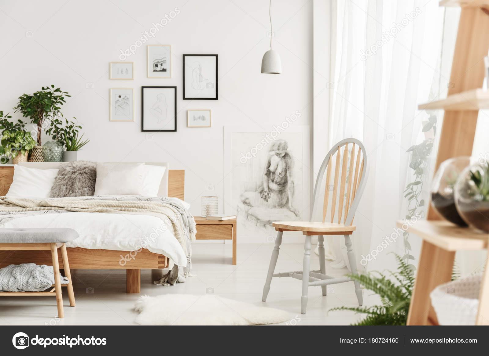 houten stoel in natuurlijke slaapkamer stockfoto