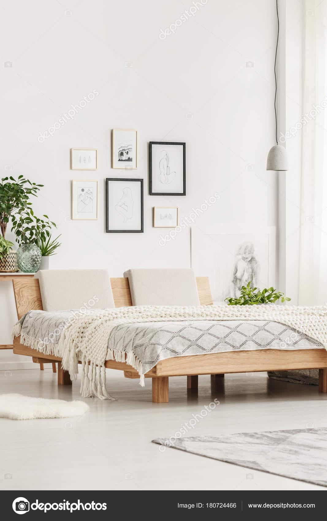 Einfaches Bett und Zeichnungen — Stockfoto © photographee.eu #180724466