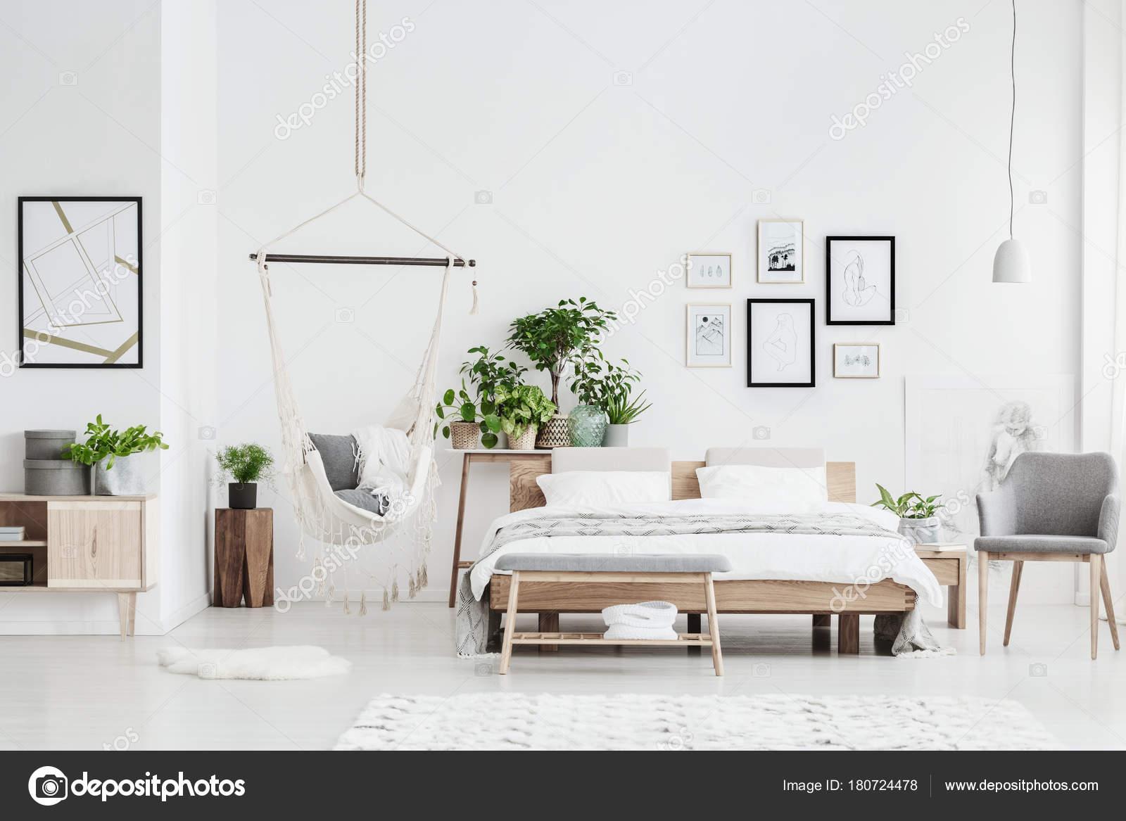 Intérieur De Chambre à Coucher Lumineuse Avec Hamac Photographie