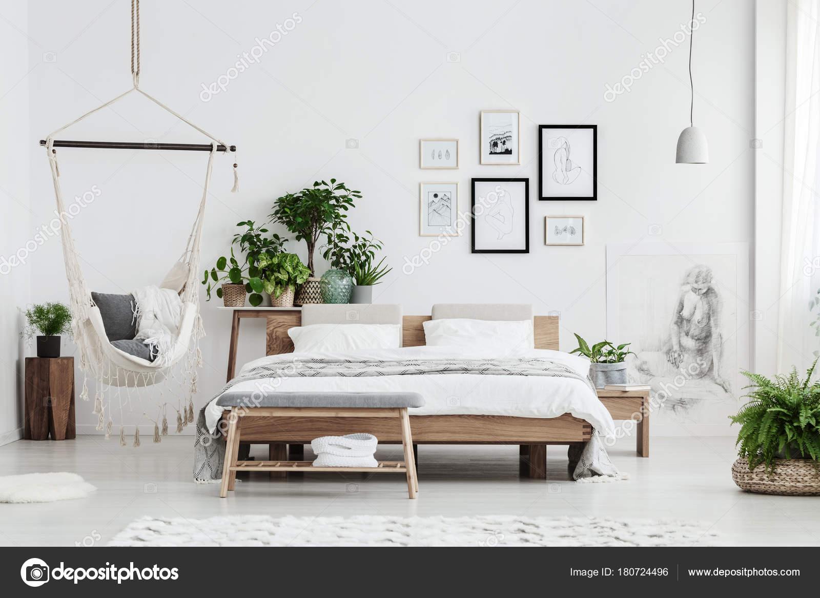 natuurlijke slaapkamer met posters stockfoto