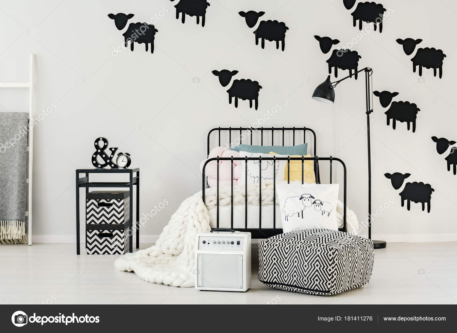 Schapen stickers in slaapkamer interieur — Stockfoto © photographee ...