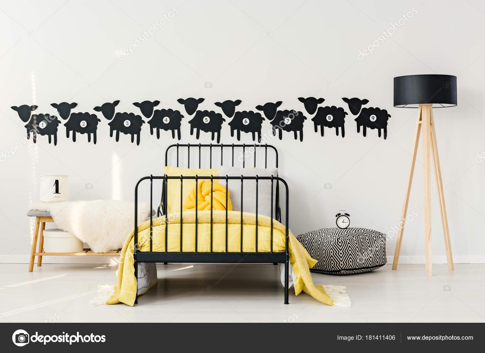 Giallo interno camera da letto del bambino — Foto Stock ...