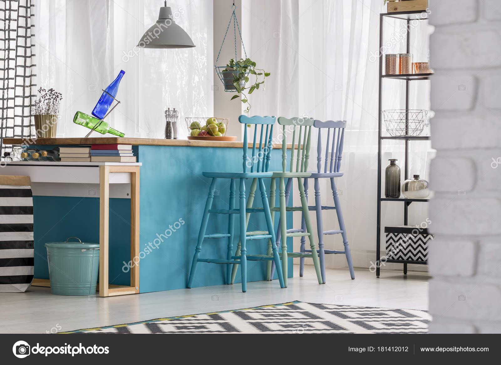 Kleurrijke Interieurs Pastel : Pastel barkrukken in kleurrijke keuken u stockfoto photographee