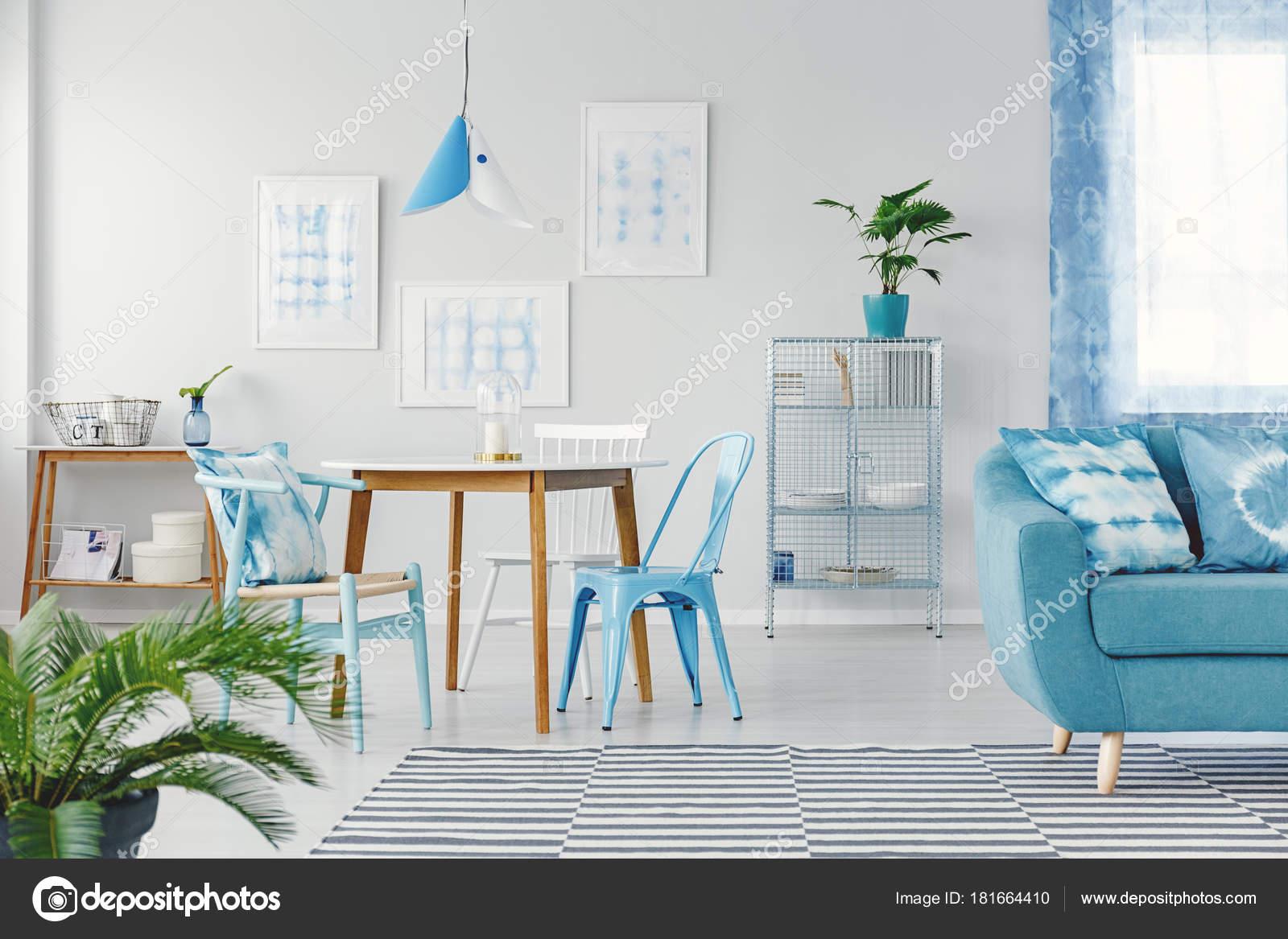 blauw platte interieur met gallery stockfoto