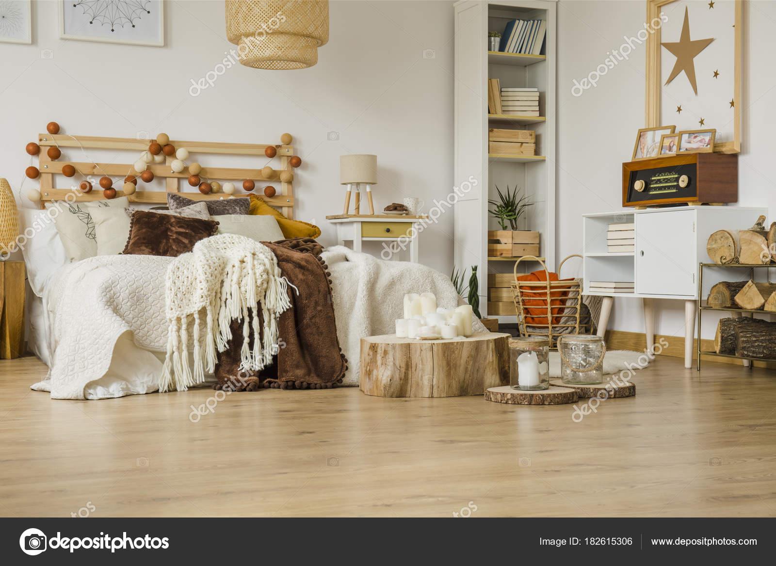 Slaapkamer Met Hout : Hout in gezellige slaapkamer interieur u2014 stockfoto © photographee.eu