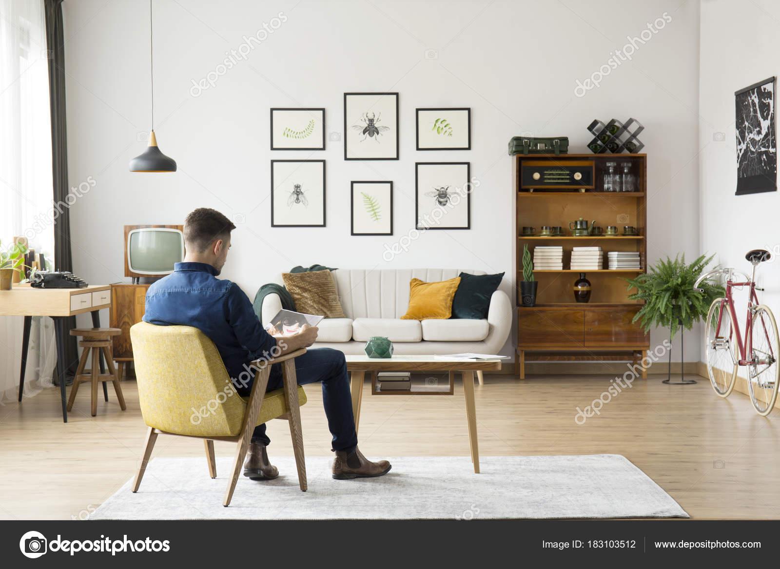 Man in retro woonkamer — Stockfoto © photographee.eu #183103512