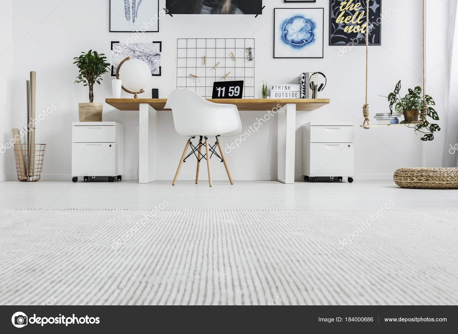 Schommel In Huis : Lage hoek van kantoor aan huis u2014 stockfoto © photographee.eu #184000686