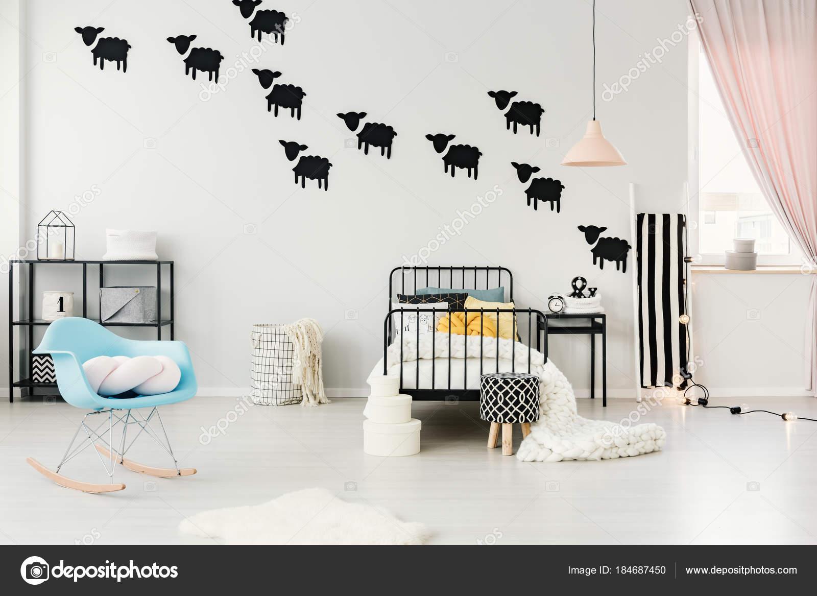 Adesivi di pecore in camera da letto accogliente — Foto Stock ...