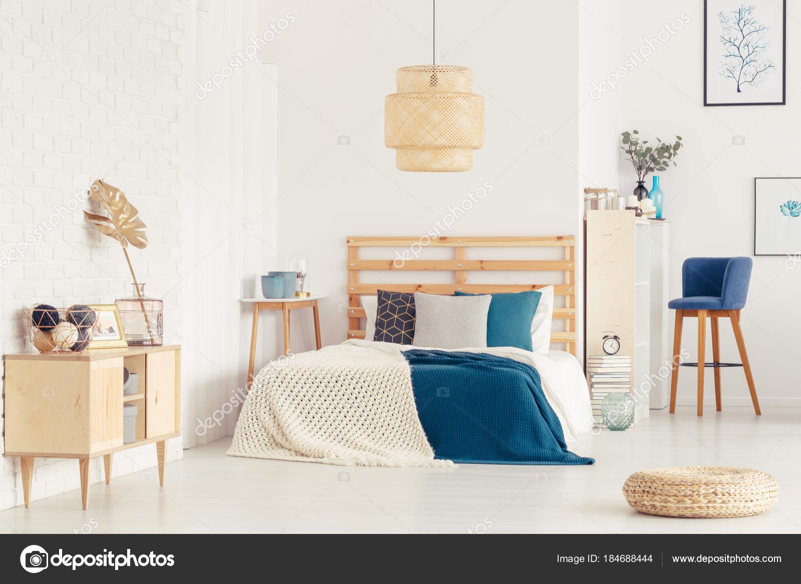 Blauwe Slaapkamer Lamp : Blauwe slaapkamer interieur met poef u stockfoto photographee eu
