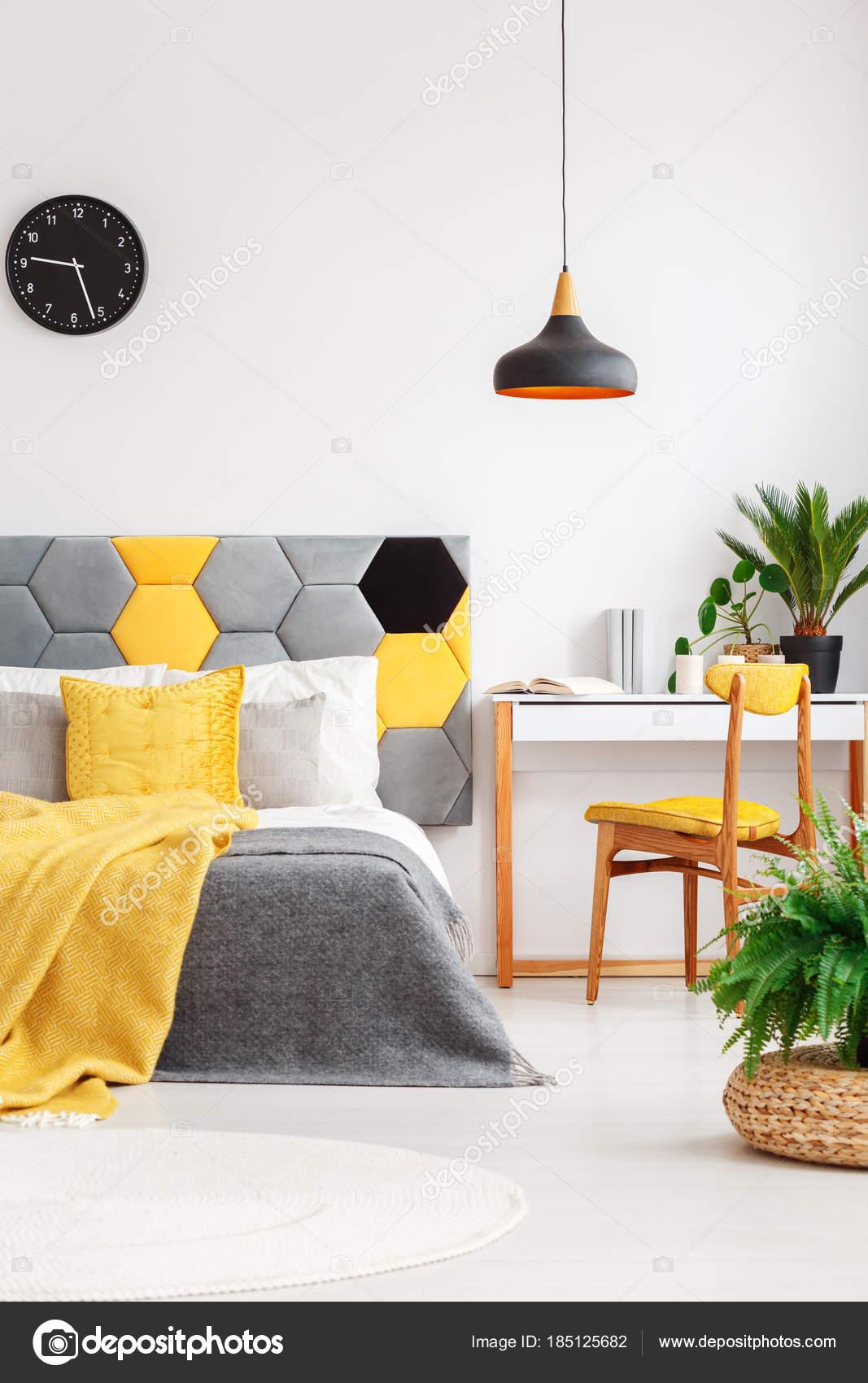 Piante in interno colorato camera da letto — Foto Stock ...