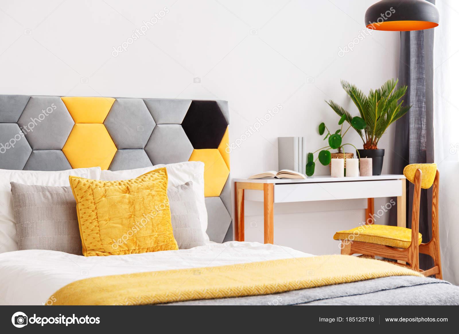 Luminosa camera da letto con scrivania in legno — Foto Stock ...