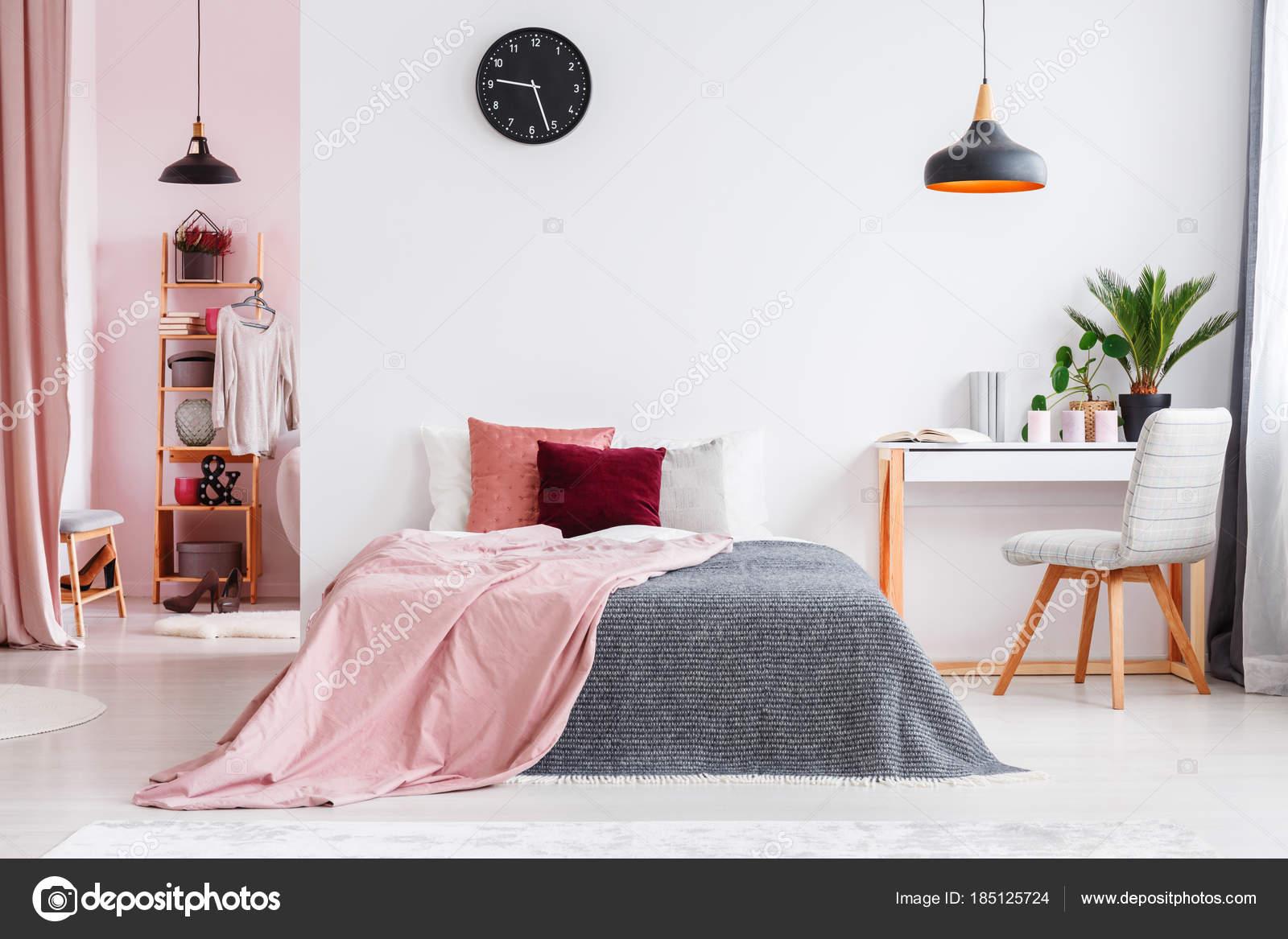 Intérieur de la chambre rose avec chaise u2014 photographie photographee