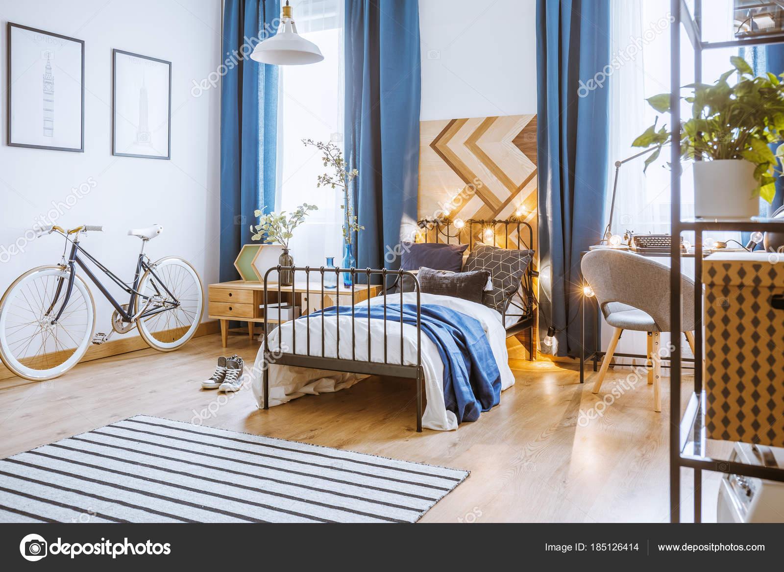 Cortinas azul en dormitorio acogedor — Foto de stock © photographee ...