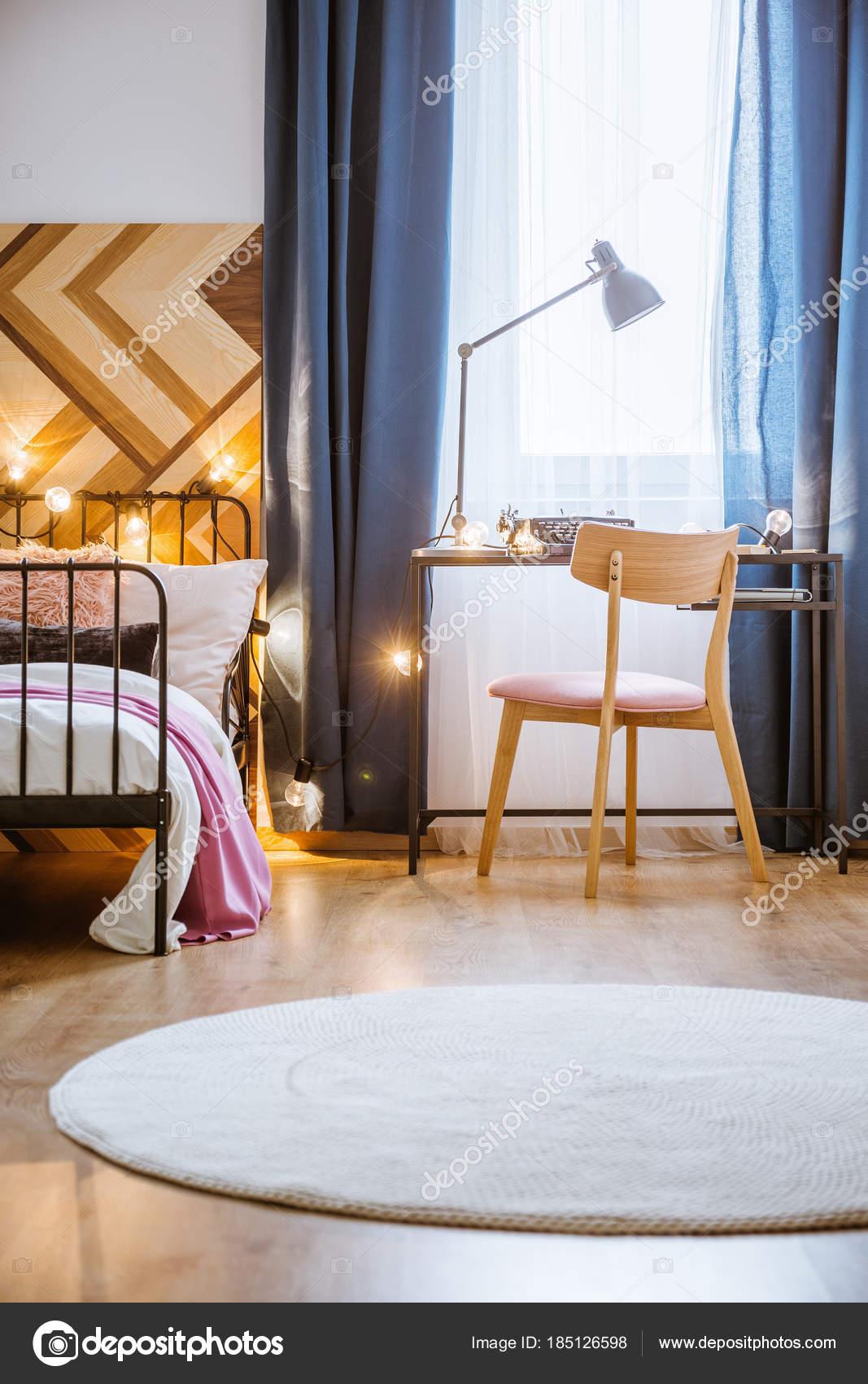 Tappeto in camera da letto rotondo bianco — Foto Stock ...
