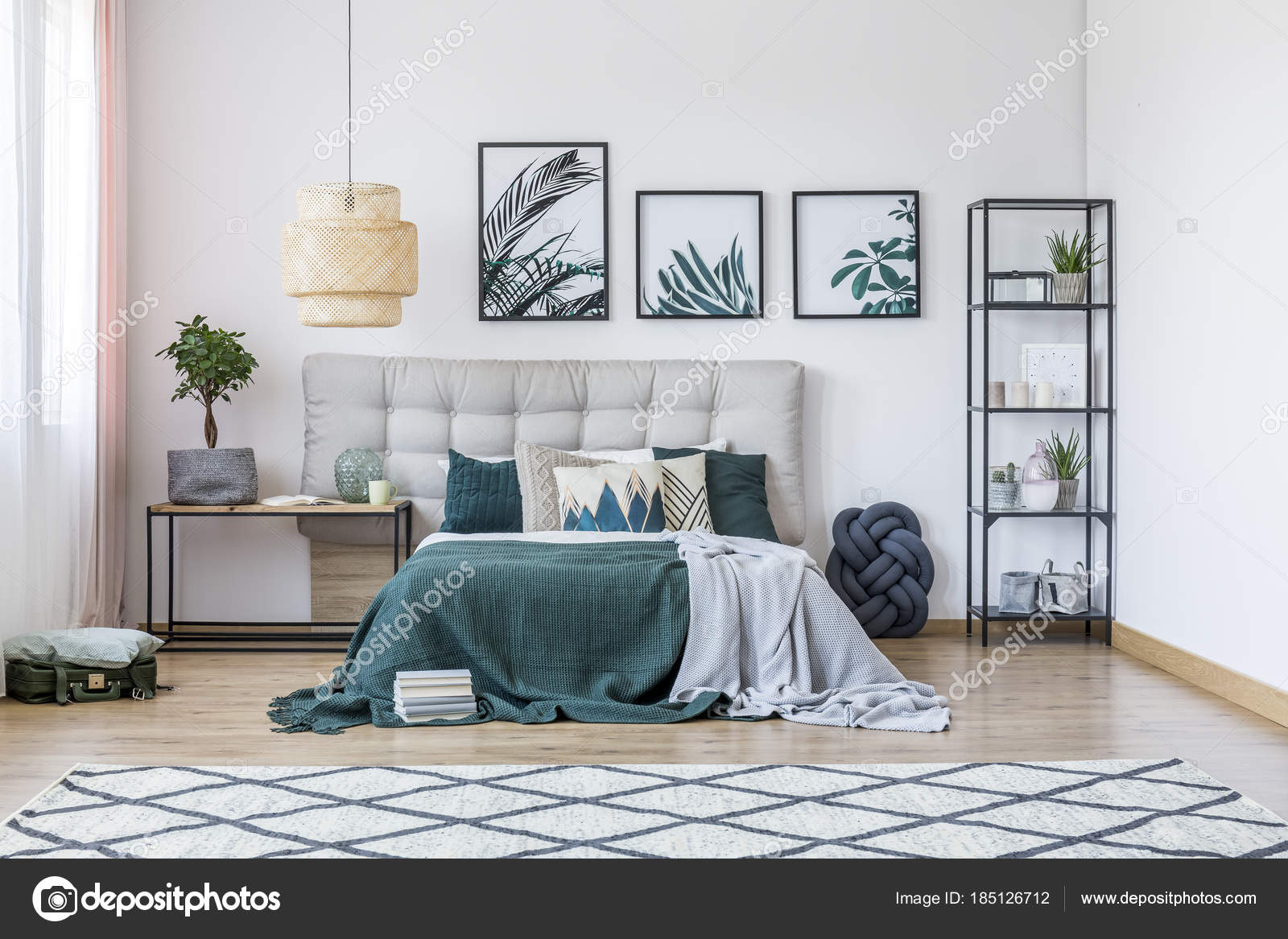 Camera da letto moderna con tappeto — Foto Stock ...