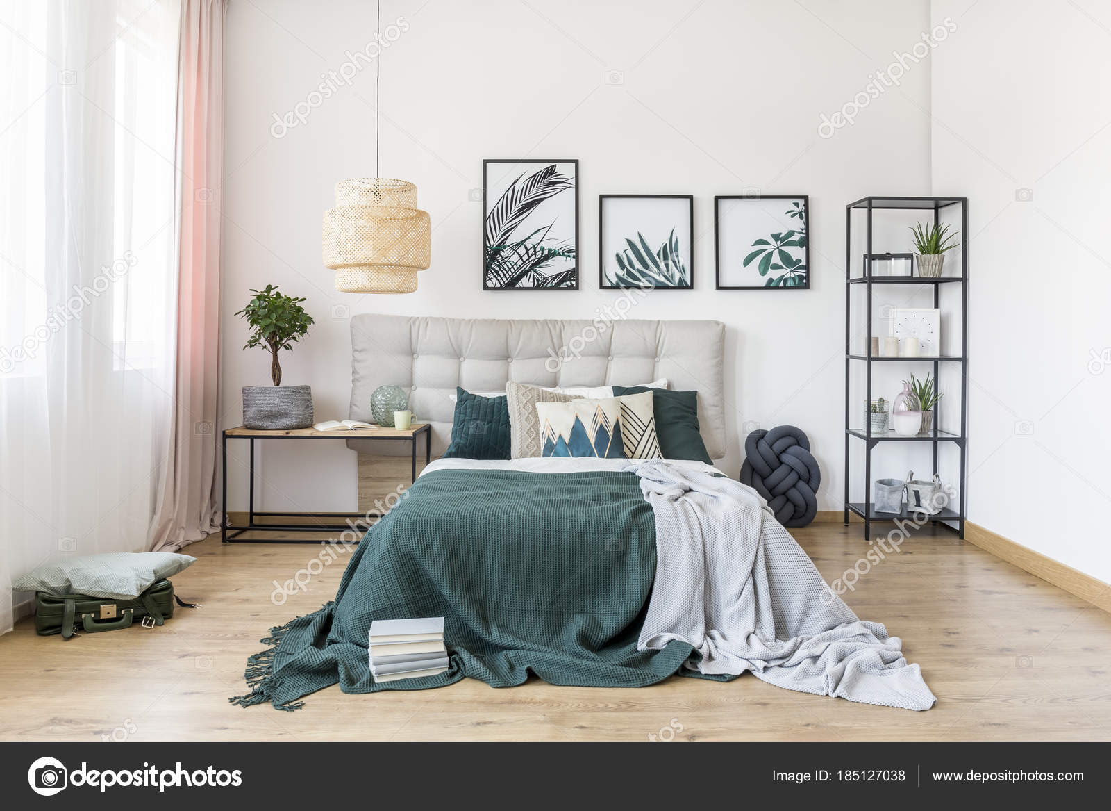 Intérieur de la chambre verte avec plante — Photographie ...
