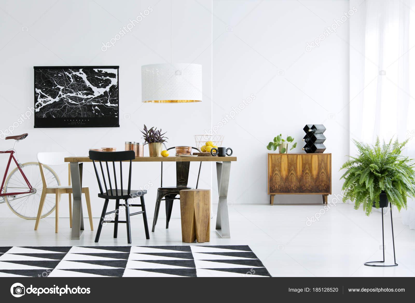 Unterschiedliche Stuhle Am Tisch Stockfoto C Photographee Eu