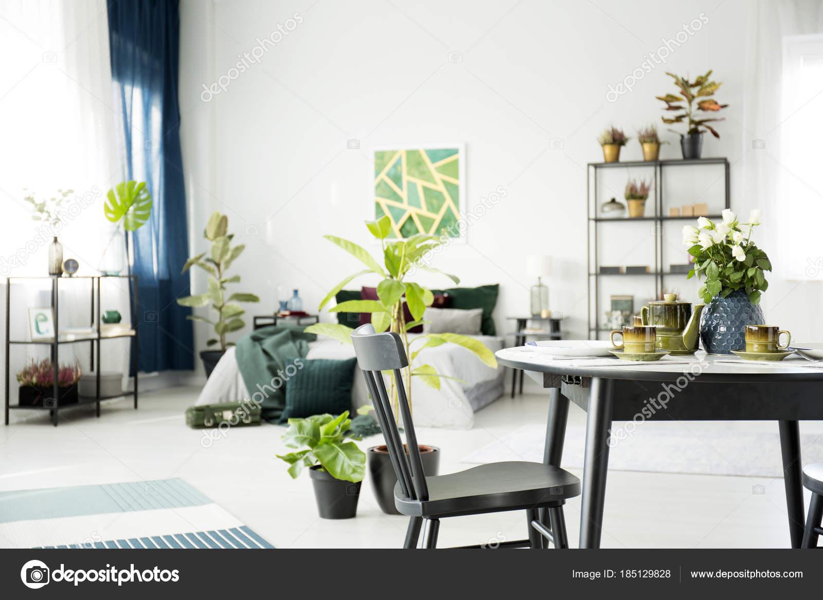 Camera Da Letto Verde E Nera : Tavolo interno camera da letto multifunzionale u foto stock