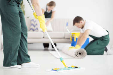 Cleaning floor using mop