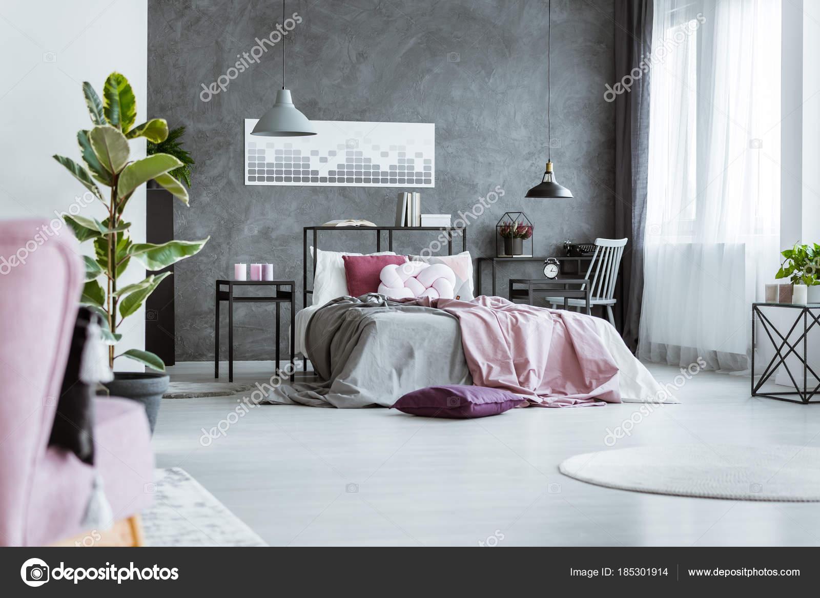 Feminine Schlafzimmer mit rosa Blätter — Stockfoto © photographee.eu ...