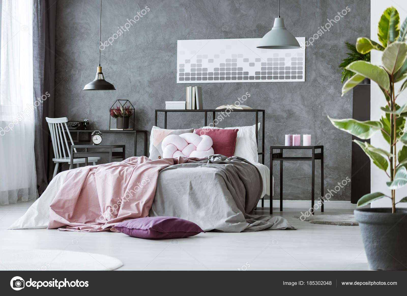 Roze Grijze Slaapkamer : Zijhoek van grijze slaapkamer u stockfoto photographee eu