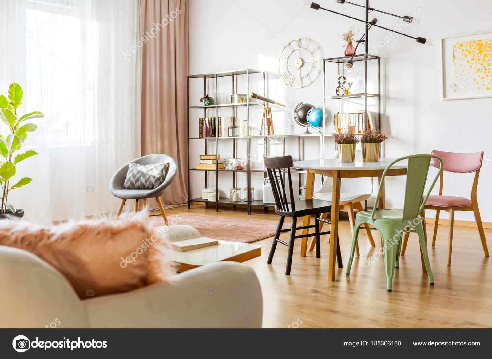 Kleurrijke Interieurs Pastel : Gezellige pastel woonkamer u2014 stockfoto © photographee.eu #185306160