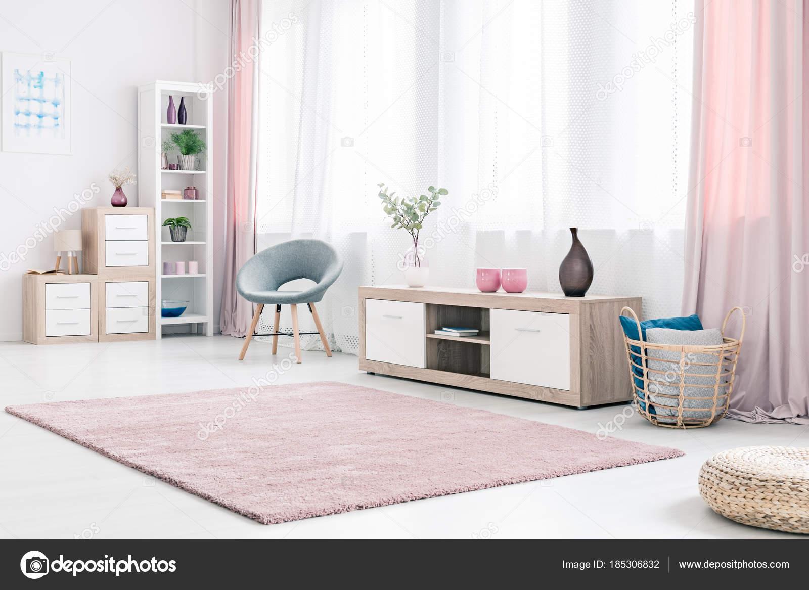Intérieur spacieux salon rose — Photographie photographee.eu ...
