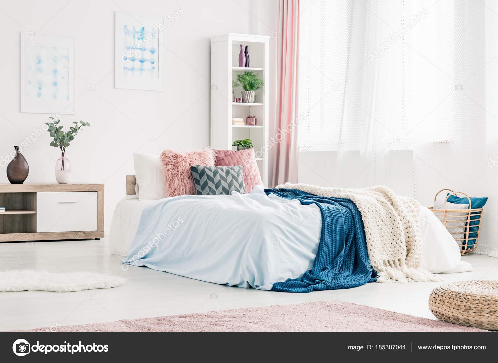 Interno camera da letto rosa e blu — Foto Stock © photographee.eu ...