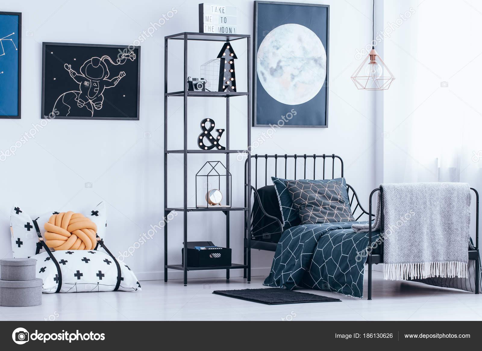 Dormitorio infantil con cama de metal — Fotos de Stock ...