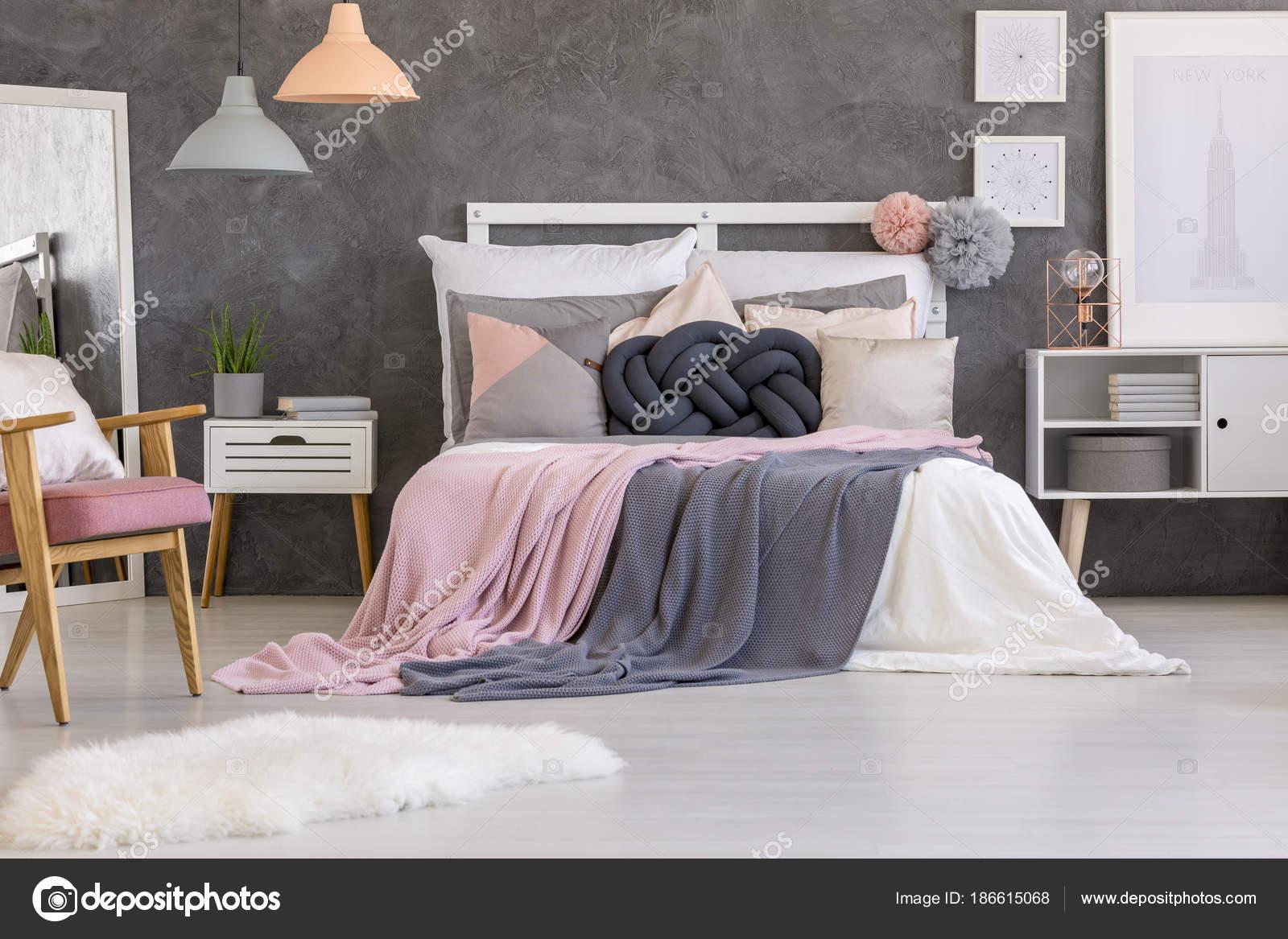Camera Letto Rosa : Interno camera da letto rosa e grigio u foto stock photographee