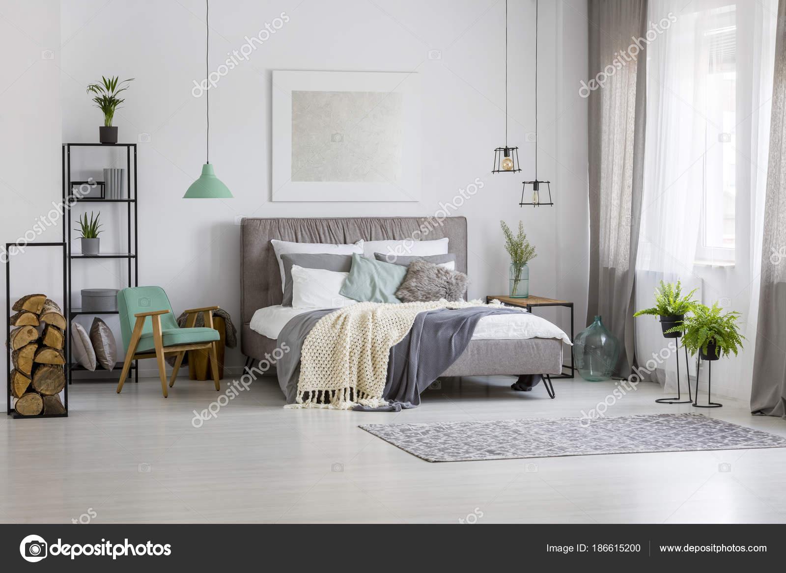Spaziosa camera da letto verde e argento — Foto Stock © photographee ...