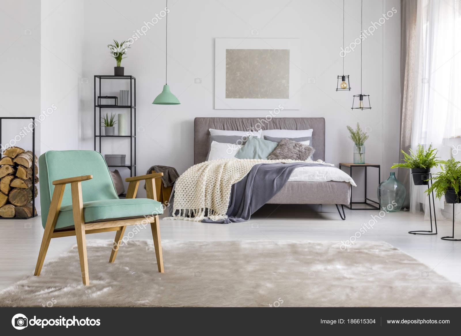 Spaziosa camera da letto con poltrona — Foto Stock © photographee.eu ...