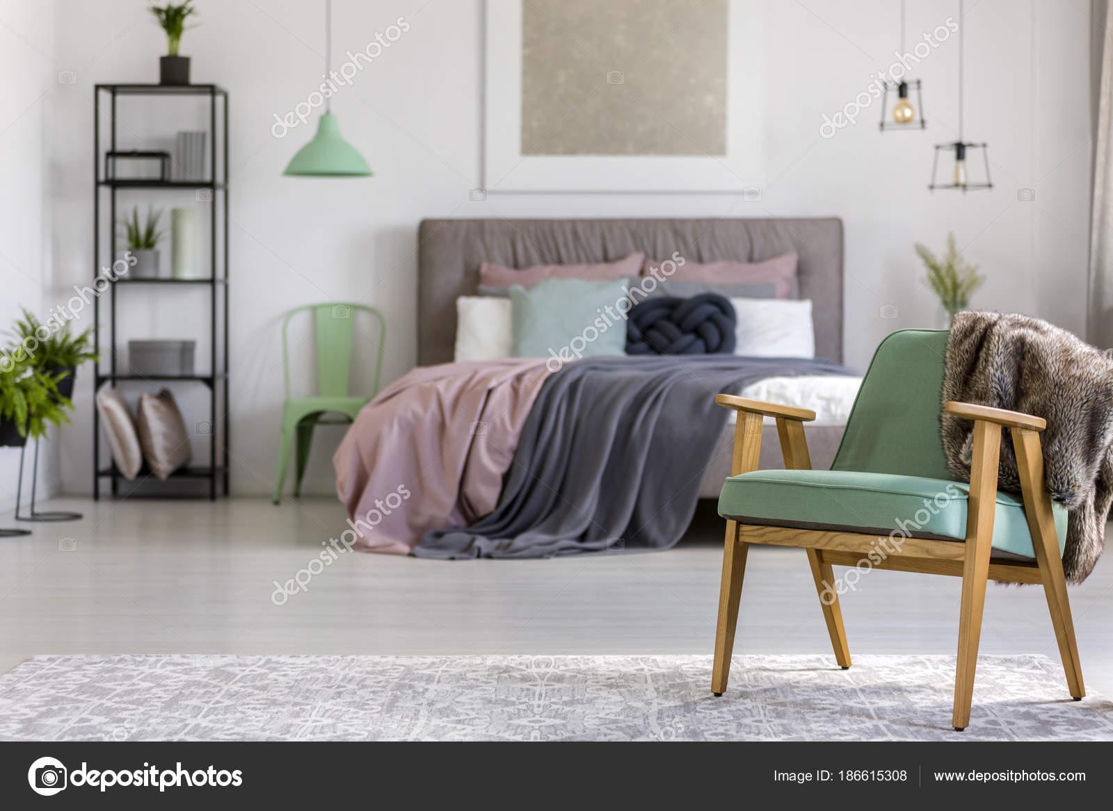 Grünes Holz Sessel im Schlafzimmer — Stockfoto ...