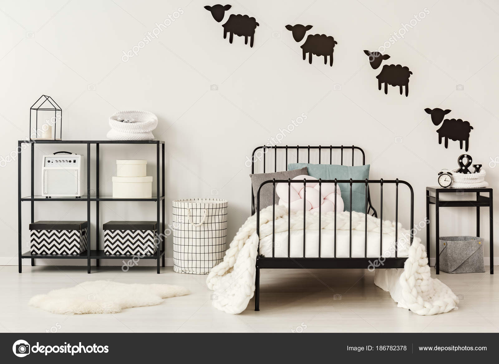 Interno camera da letto bianco e nero — Foto Stock © photographee.eu ...
