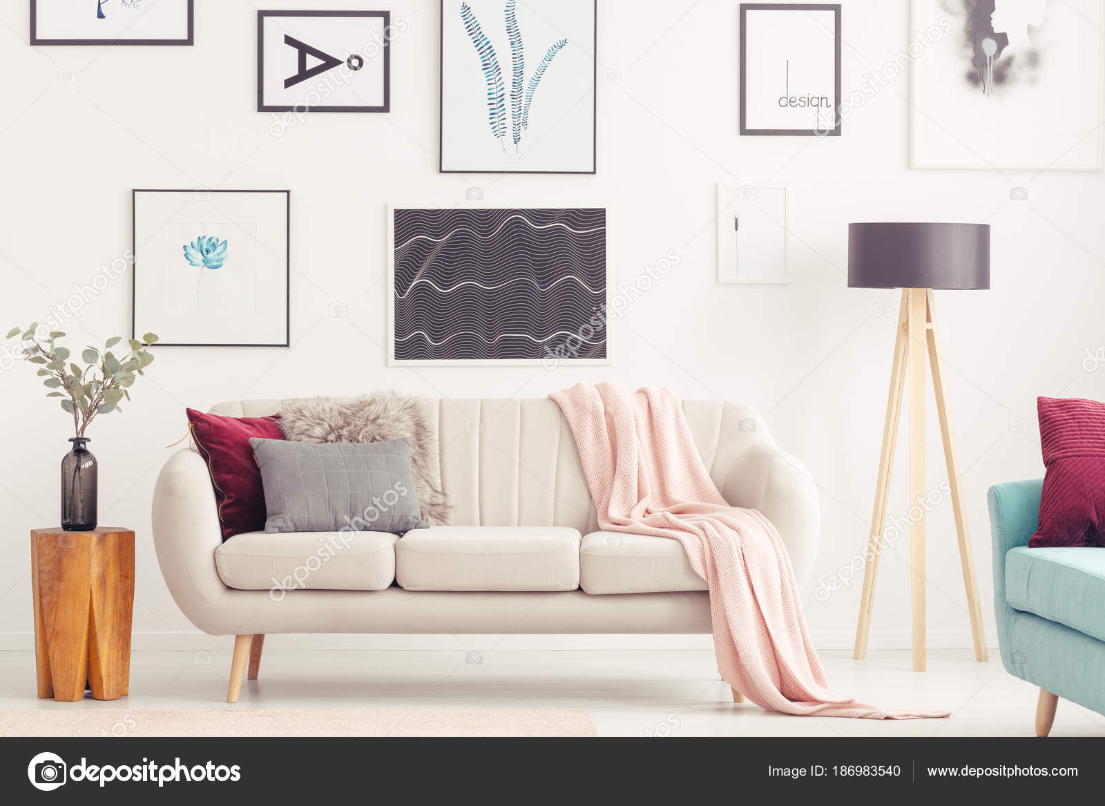 Holzhocker Neben Einem Beige Couch Mit Rosa Decke An Der Wand Mit Plakaten  In Pastell Wohnzimmer Interieur U2014 Foto Von Photographee.eu