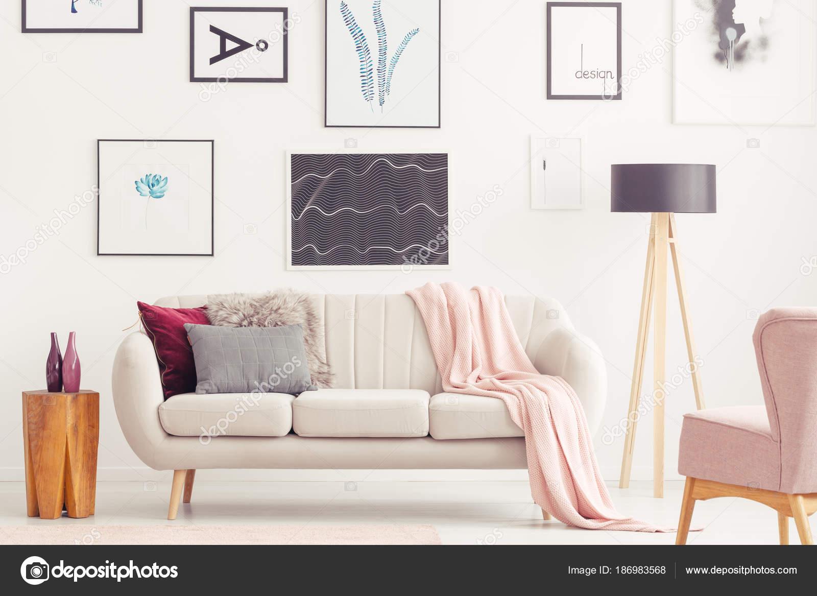 Roze woonkamer met posters — Stockfoto © photographee.eu #186983568