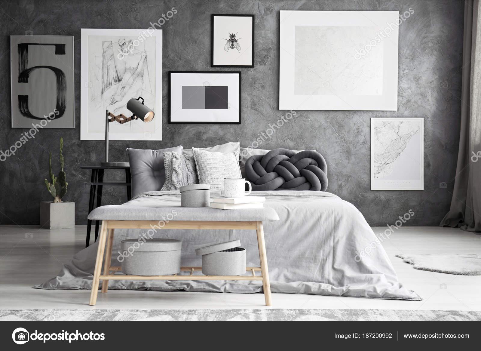 Houten Bankje Slaapkamer : Houten bank door het bed u stockfoto photographee eu