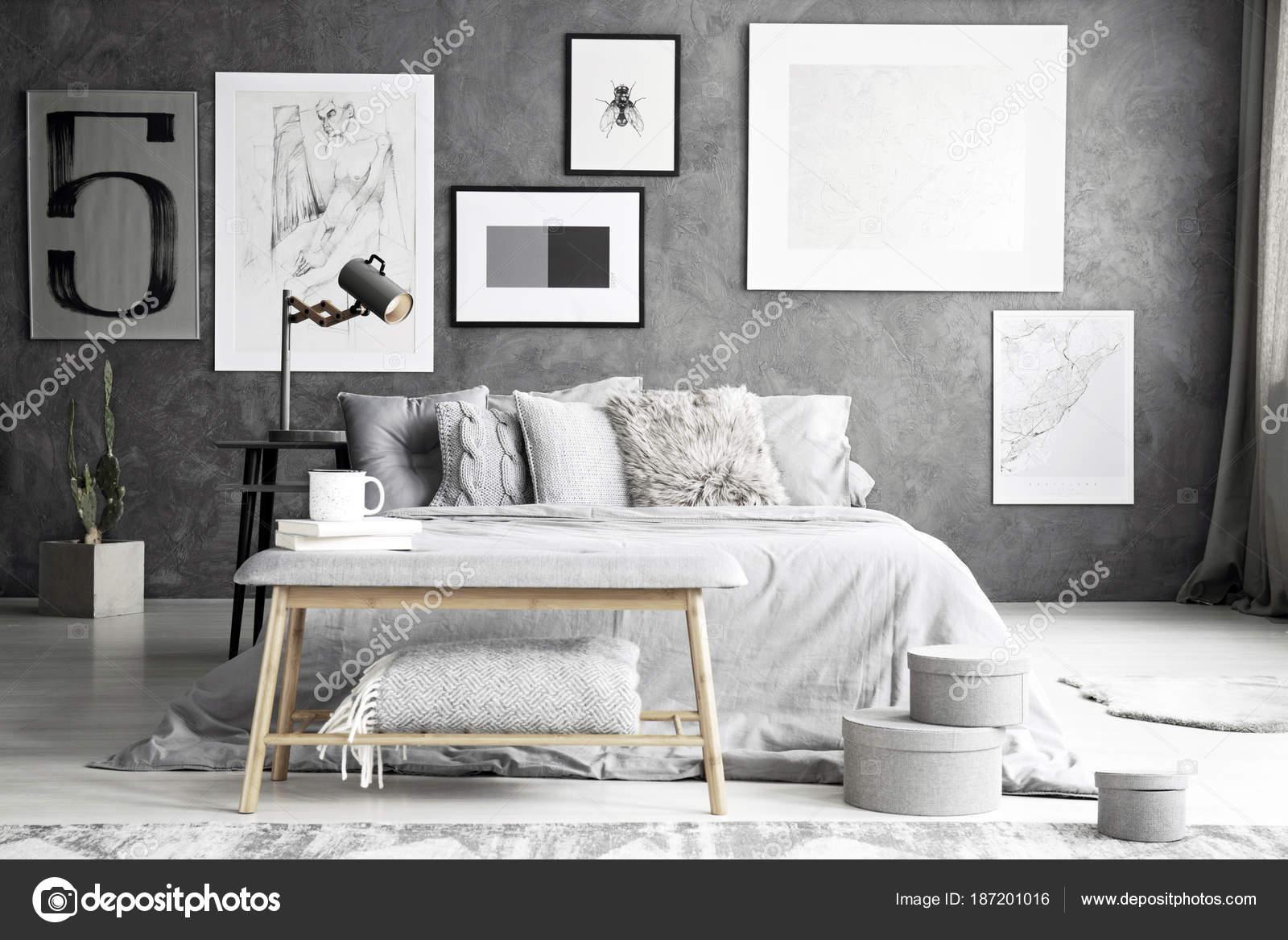 Grijze bank in elegante slaapkamer — Stockfoto © photographee.eu ...